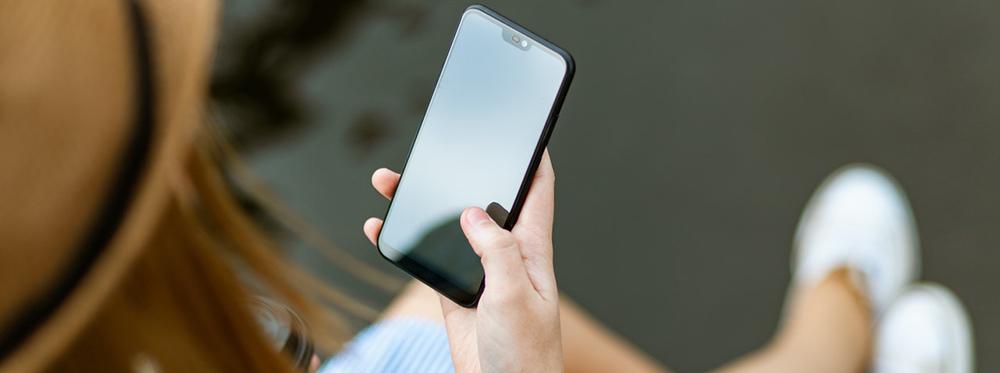 Tu teléfono está más sucio que la tapa del inodoro. Te mostramos cómo desinfectarlo